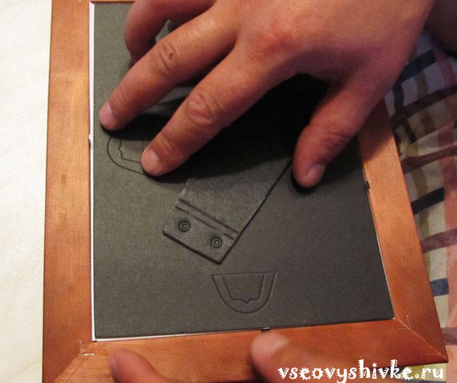 Как вставить вышивку в рамку под стекло